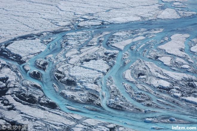 当地时间2018年12月5日,格陵兰岛地区的冰川融水。