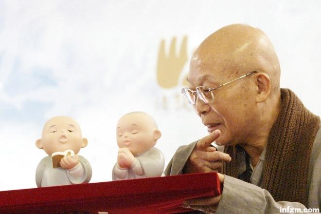 """《忆圣严法师》圣严法师自称是一个普通人,他是""""平凡中见伟大"""",佛陀是""""伟大中见平凡""""。伟大才可以度众生,平凡才可以使众生受度。视觉中国"""