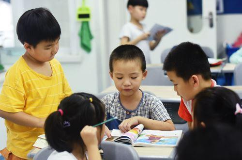 杭州某托管班的小朋友在看書學習。新華社