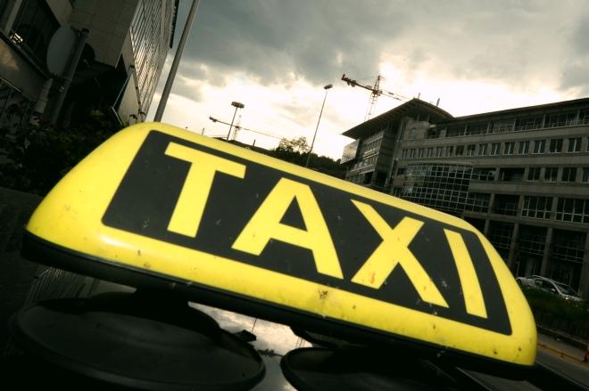《出租車太慢了》一個德國出租車的車頂燈。