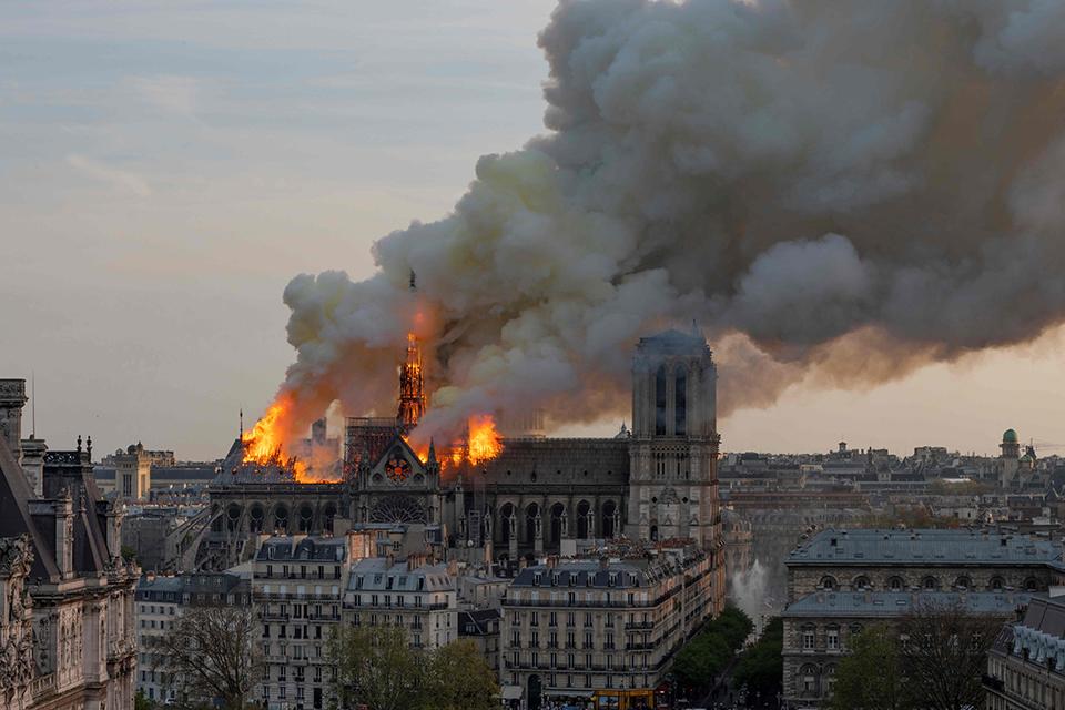 巴黎圣母院:庞大的忧患.jpg