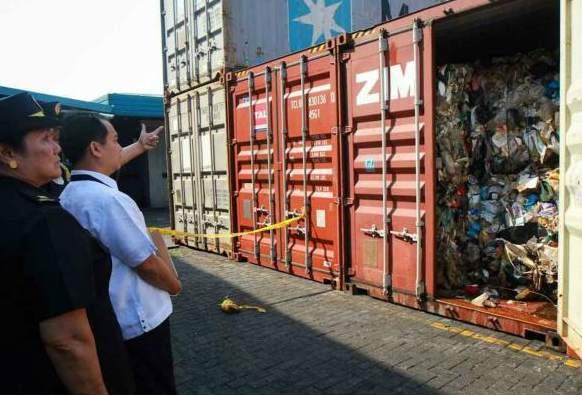 2014年2月10日,菲律宾海关检查了位于港口的集装箱,内含大量垃圾。(abs-cbn资料图)