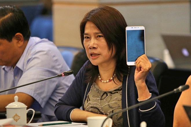 """《企業""""創始人綁定""""困境》董明珠把自己的玉照設為格力手機的開機畫面,讓害怕嚴厲母親的青少年聞之色變。視覺中國"""