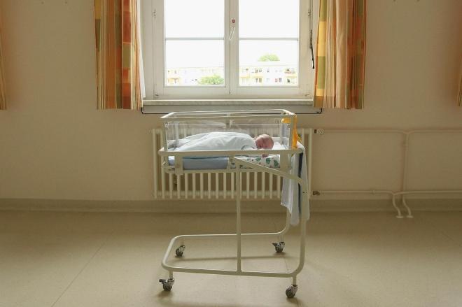 《养孩子让人不幸福?》德国勃兰登堡,一个出生4天的婴儿躺在一家医院产房里的婴儿床上。视觉中国.