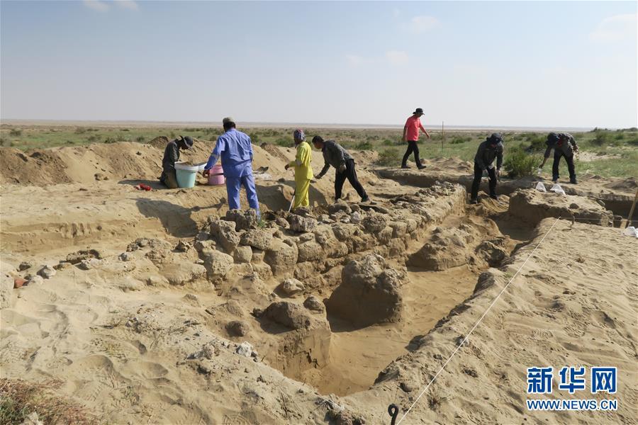 中國—沙特阿拉伯聯合考古隊隊員在沙特塞林港遺址現場工作(2019年1月12日攝)。新華社發(王霽攝)