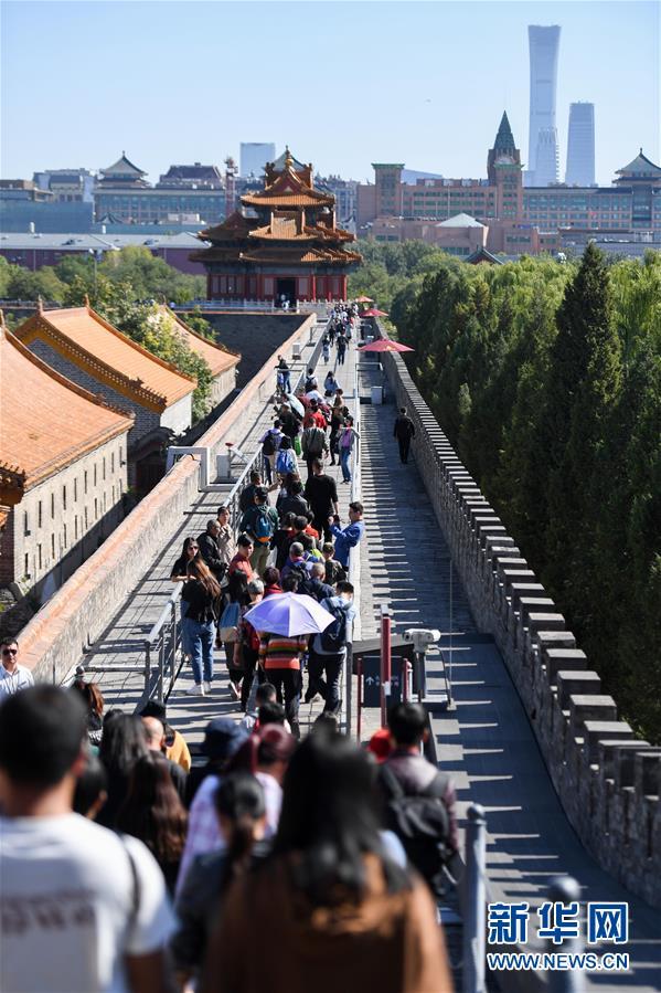 游客在北京故宫南城墙上参观(2018年10月7日摄)。 新华社记者 陈晔华 摄