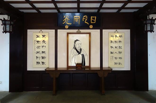 《屈原是甜黨》圖為長沙岳麓書院內的屈原畫像。