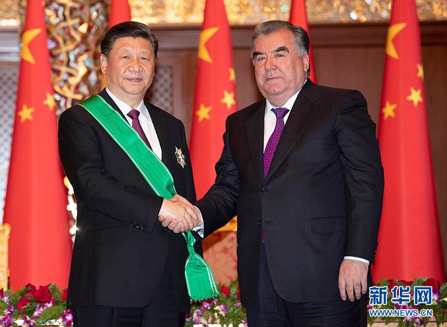 """6月15日,國家主席習近平在杜尚別出席儀式,接受塔吉克斯坦總統拉赫蒙授予""""王冠勛章""""。 新華社記者 沙達提 攝"""