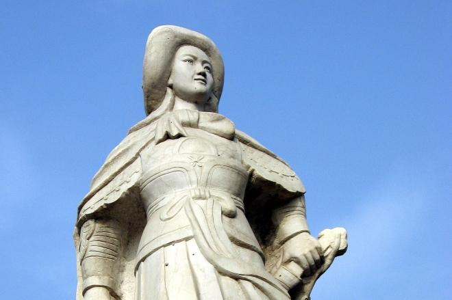 """《不断重新讲述的""""花木兰""""故事》亳州市一处木兰祠内花木兰雕塑。"""