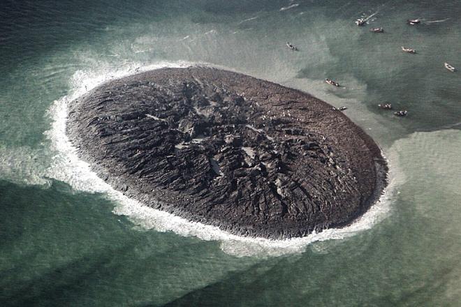 """""""幽靈小島""""呈圓形,島嶼上有大量裂縫,釋放著怪異的氣味。從空中看下去,小島就像是一塊深色的曲奇餅干。"""