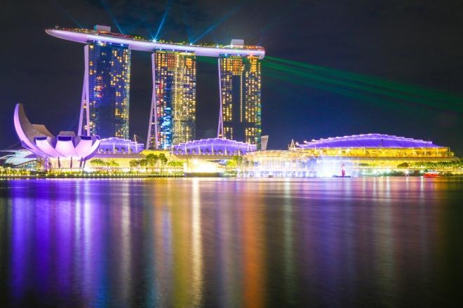 """《什么样的国家能成为发达国家》李光耀说:""""新加坡成功的关键,是英国人留下的法治制度,而不是什么儒家文化。""""而比较公允的看法是,这两方面都很重要。"""