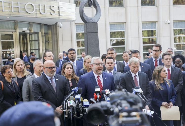7月17日,在美国纽约东区联邦地区法院外,检方人员在法庭宣判后发表声明。新华社记者王迎摄