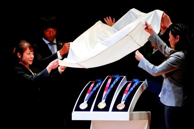 當地時間2019年7月24日,日本東京,在2020年東京奧運會倒計時一周年之際,嘉賓揭曉東京奧運會獎牌的設計樣式。