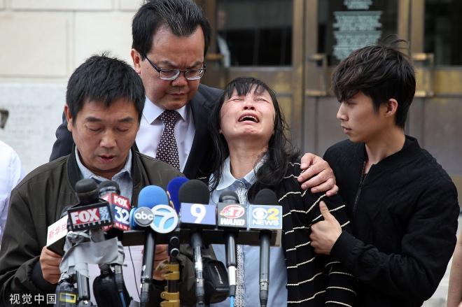 """《章莹颖案背后的""""公地悲剧""""》当地时间2019年6月24日,美国皮奥里亚,章莹颖的父亲在法庭外面向媒体用中文宣读一份声明,母亲悲伤不已。"""