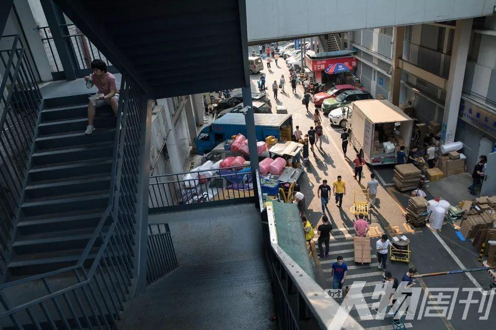 下午,华强北步行街背后的仓库外开始忙碌起来,小商家和快递员们忙着打包发货