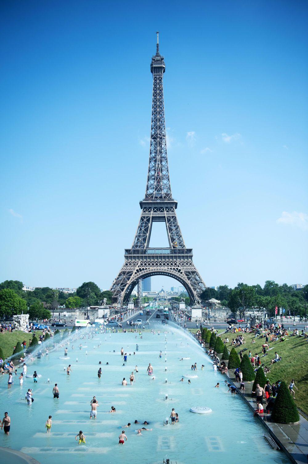 6月26日,在法國巴黎,人們在特羅卡德羅公園噴泉池消暑。新華社發(杰克·陳攝)