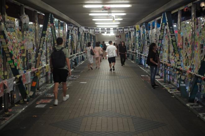 2019年8月15日,反对派人士用小张便签纸写有攻击香港警方及政府的标语,张贴在香港铜锣湾某人行天桥上。