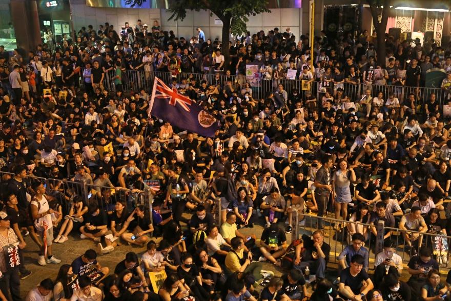 2019年8月16日晚上,香港中环遮打花园的反对派集会上,极少数示威者举起港英旗。