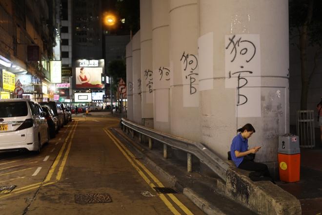 """香港机场管制持续 仍有人号召""""非乘客""""前往"""