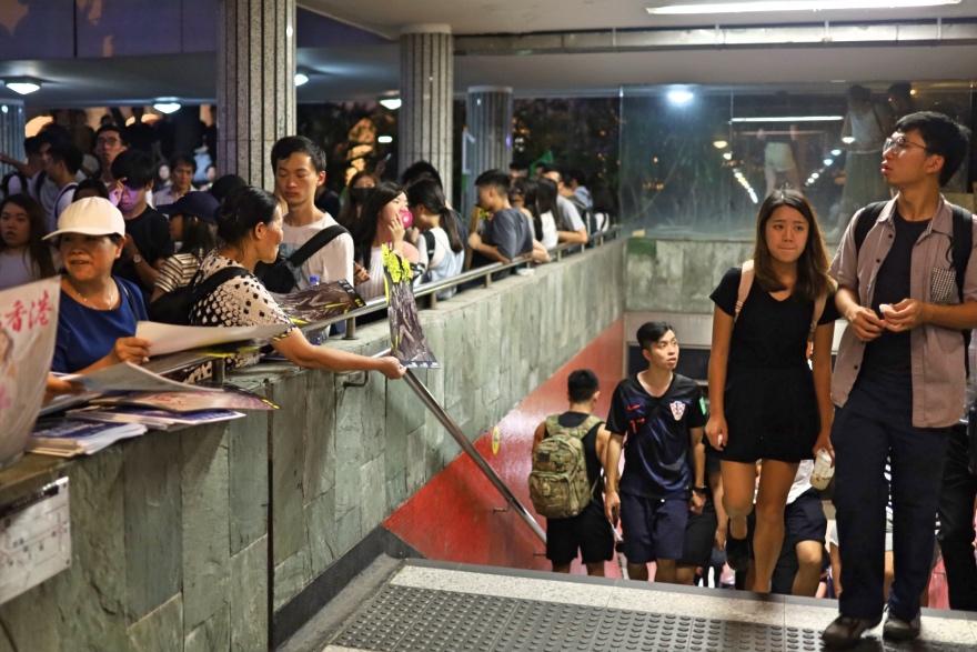 2019年8月16日,香港中环地铁站遮打花园出口,有示威者向出站乘客派发宣传单张,但被置之不理。
