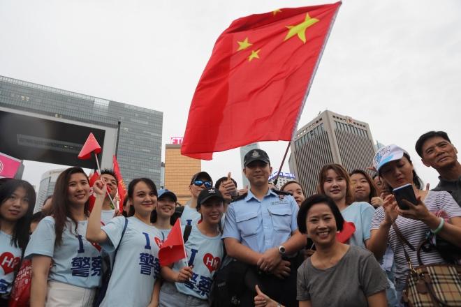 支持警队的市民与在警员合影。