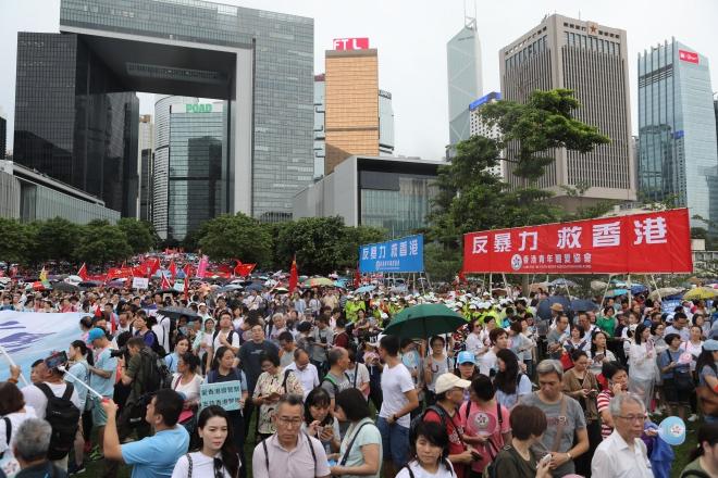 """""""反暴力 救香港""""集会在香港添马公园举行,近50万人到场。"""
