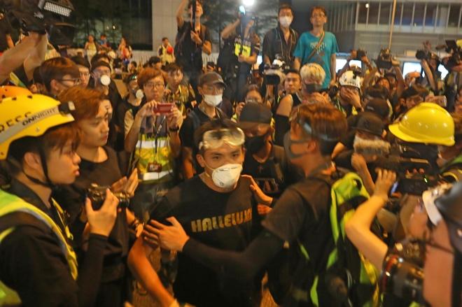 """周日香港示威者""""捉鬼""""生冲突 致一人""""爆头"""""""