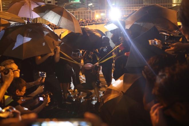 激进示威者 周日晚围堵政府总部到深夜