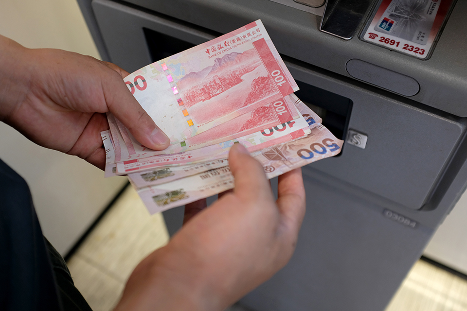 空头沽空港币,互换协议被误解,CashOut无人响应 香港:没有发生的银行挤兑潮