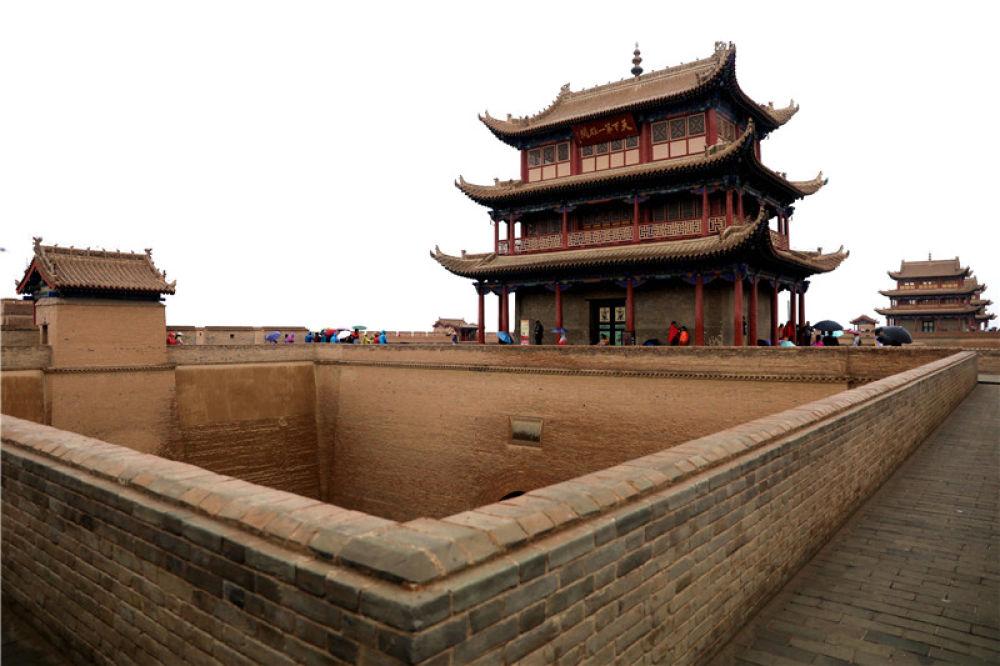游客游览嘉峪关(8月21日摄)。新华社记者 郭刚 摄