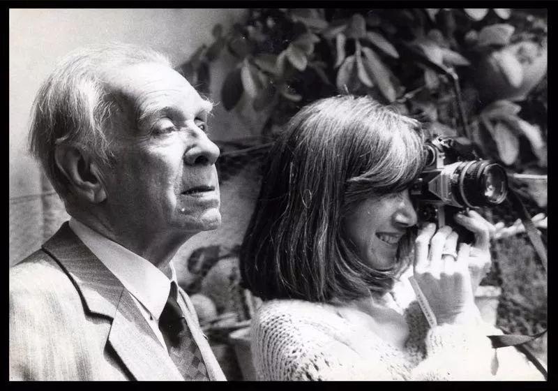 """与博尔赫斯的抽象旅行构成鲜明对比的是妻子玛丽亚·儿玉用相机拍摄的真实瞬间,《地图册》的这种""""合作""""亦是爱情的印证"""