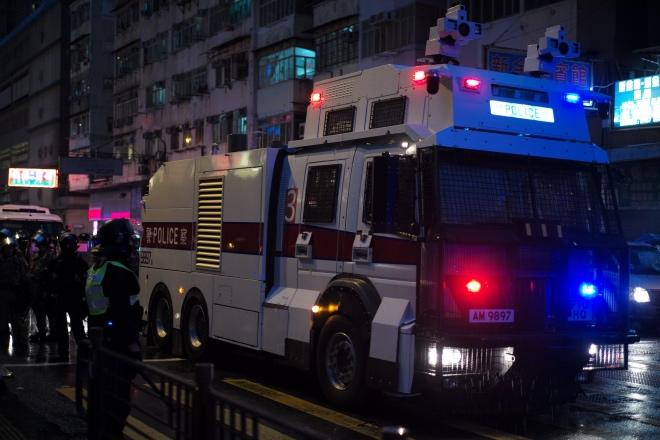"""荃湾游行生乱 香港警方首次出动""""水炮车""""应对"""