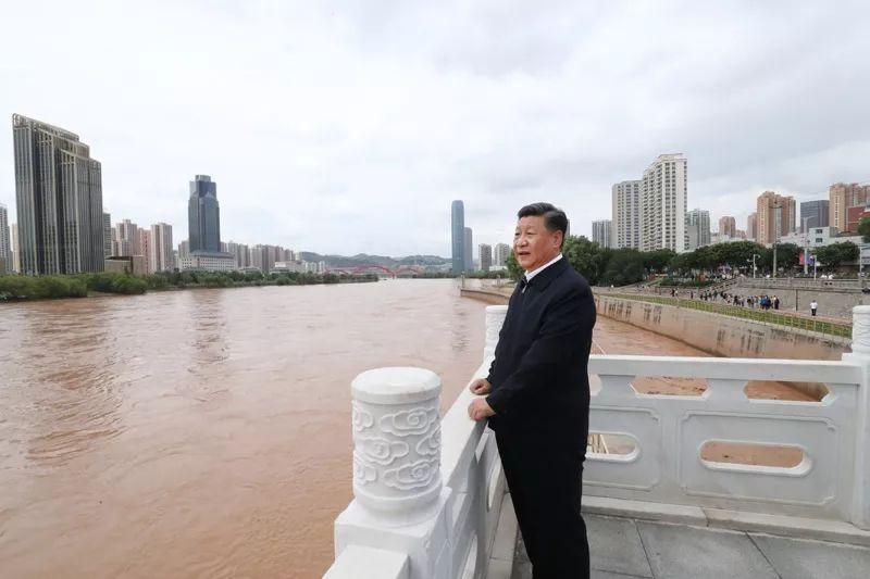 习近平8月21日来到甘肃省兰州市,前往黄河治理兰铁泵站项目点,了解黄河治理和保护、堤坝加固防洪工程建设等情况。