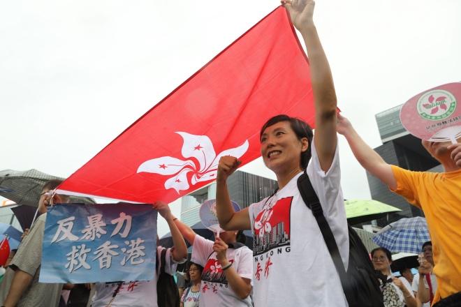 示威者身后的香港众生相