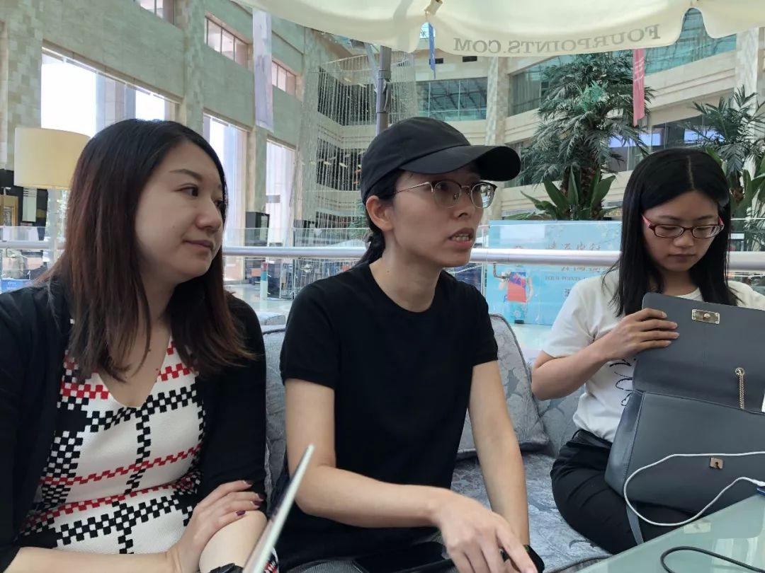 徐翔妻子應瑩(中)與律師孫薇(左)接受媒體采訪