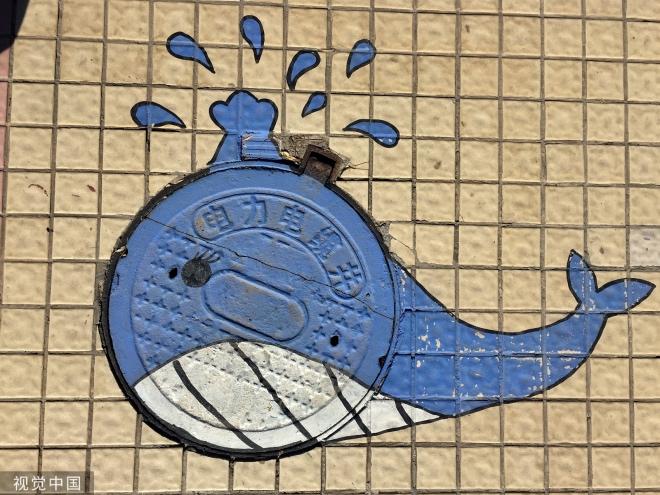鲸鱼井盖在喷水。
