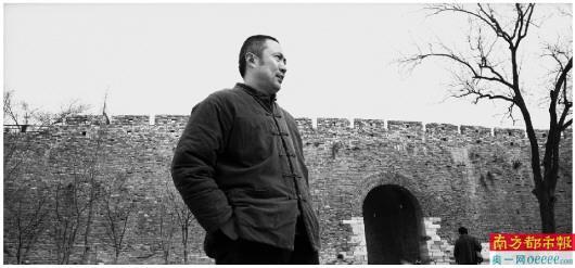 叶兆言在南京城墙边。