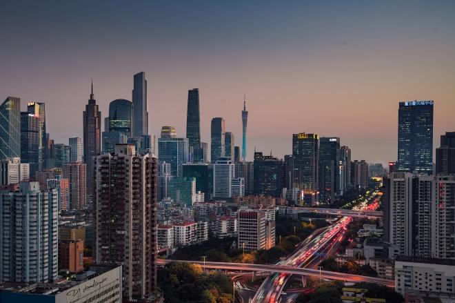 《夜间经济 如毛细血管》夜间经济在城市经济中已经占据重要地位,也是一天忙到晚、下班后才有自由时间的上班族重要的社交渠道。