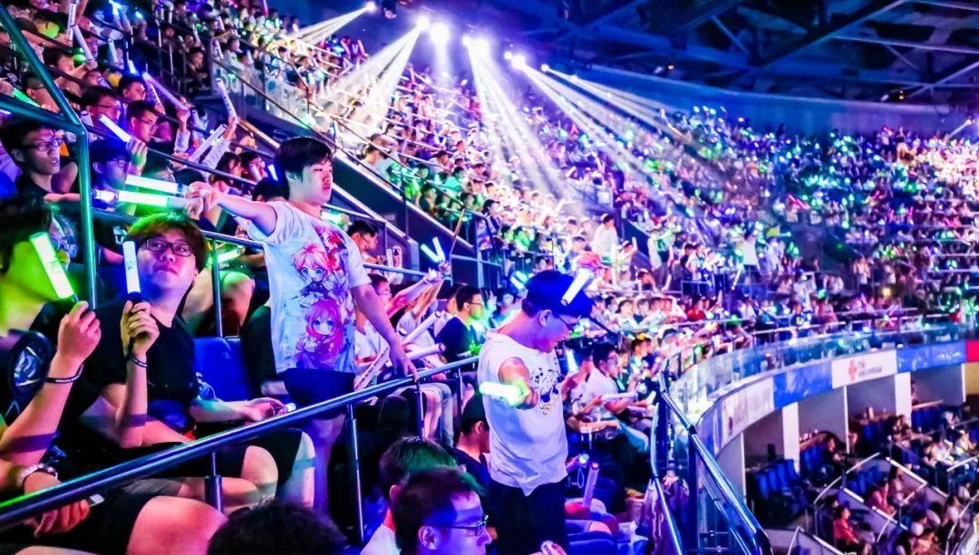 演唱会现场为虚拟偶像应援的粉丝