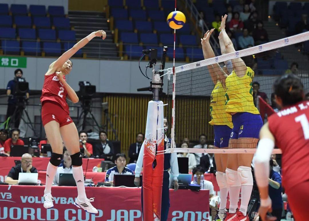 9月22日,中国队球员朱婷(左)在比赛中扣球。新华社记者 贺灿铃 摄