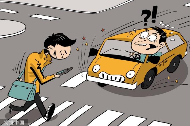 """《第一争议 看手机过马路该处罚吗》浙江省人大常委会近日批准的《嘉兴市文明行为促进条例》,针对""""低头玩手机""""过马路做出了禁止性规定。"""