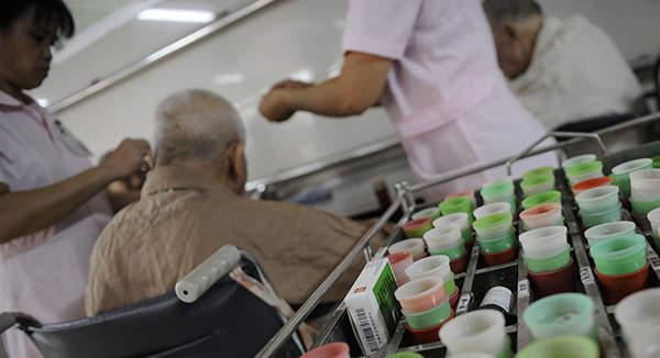 多地许可子女带薪护理住院老人 但政策落地遭遇三道坎