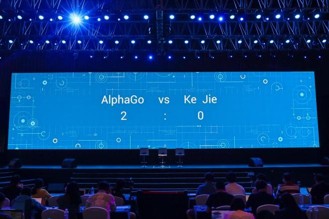 《十岁小高中生李之城致AlphaGo》2017年5月25日,中国棋手柯洁与AlphaGo交手,比赛以柯洁中盘认输而结束。