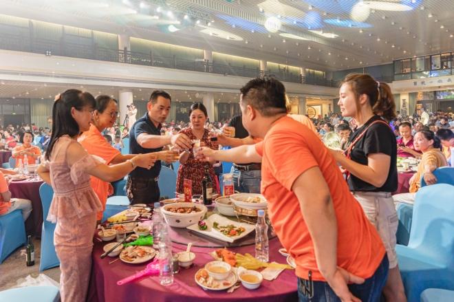 《农民企业家郭添法致志愿者刘红生:共建共享幸福家园》2019年9月13日,中秋节,郭添法在聚龙社区组织了一场邻里宴,共有300多桌。