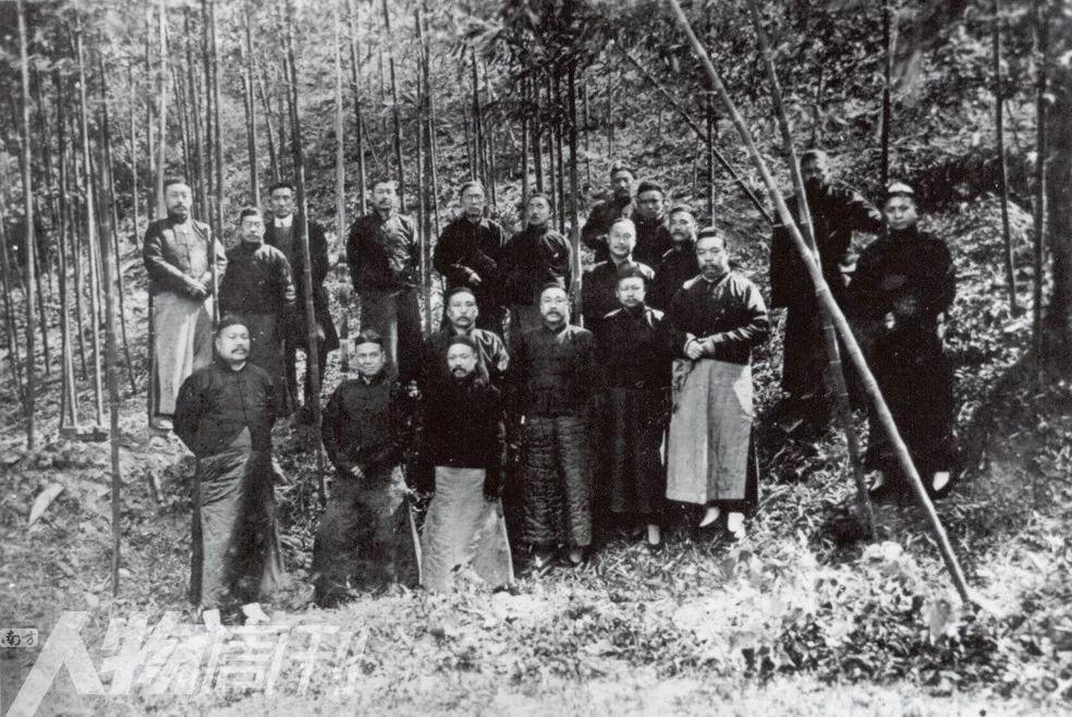 1919年春,严修、张伯苓赴南京筹集办学经费,与当地人士合影