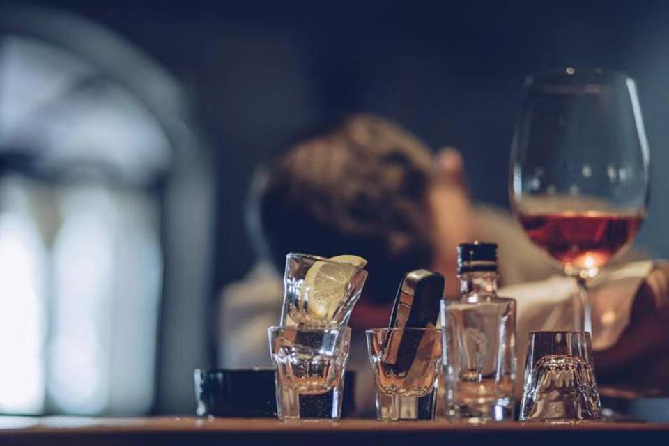 23 无酒自醉,痛不欲生.jpg