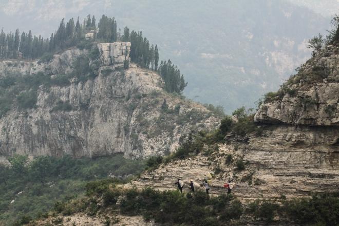 由于山路崎嶇,老人們只能靠肩挑背扛。