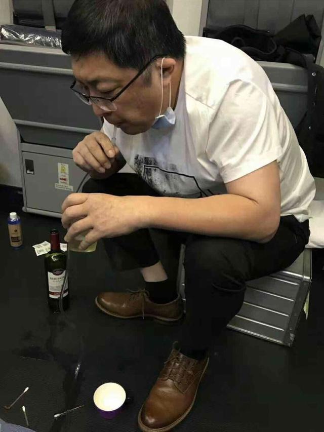 """飞机上医生""""吸尿""""救人:来看看各国航班必备急救设备都有啥?"""