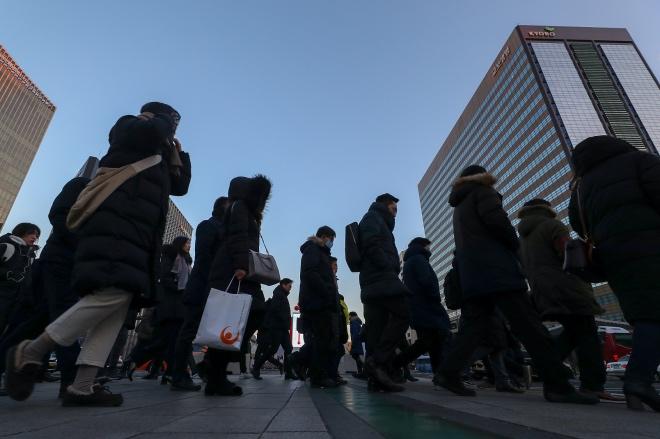 《取缔精英高中,韩国进一步左翼民粹化》韩国是一个高度垄断化的社会,这种体制下,资格、资历、人脉——而不是个人能力——决定了一个人在组织内部的身价,因此出身名校的价值凸显。图为韩国首尔市民早起前往上班。