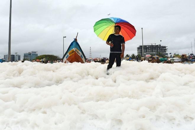 每日壹图:印度|白色污染物泡沫充斥海滩